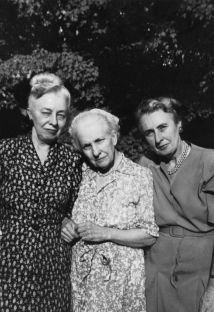 From right to left, Katharine, Elizabeth, and Grace Lumpkin, at the home of their nephew William W. L. Glenn, New Haven, Connecticut, 1949. Courtesy of the Southern Historical Collection, The University of North Carolina.